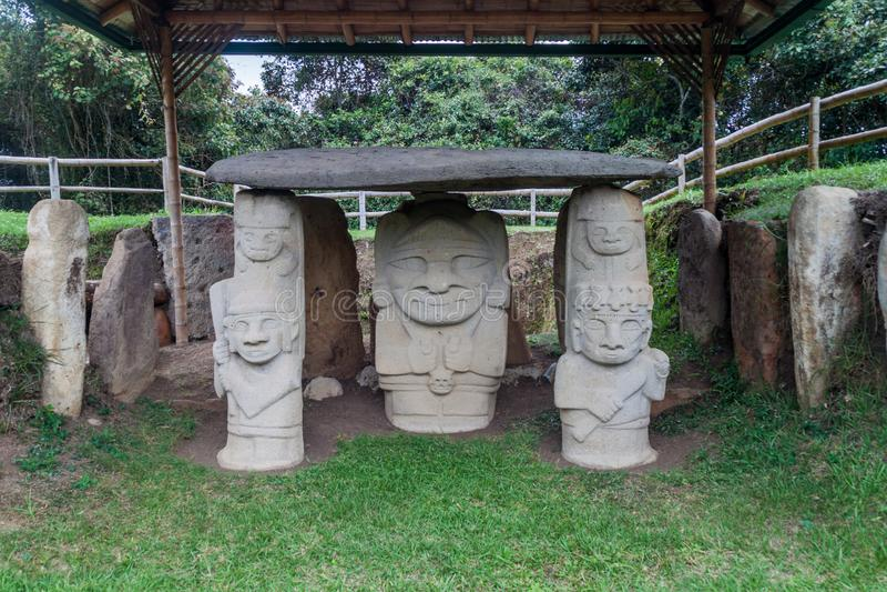 Estatuas antiguas en parque arqueológico en San Agustin fotografía de archivo libre de regalías