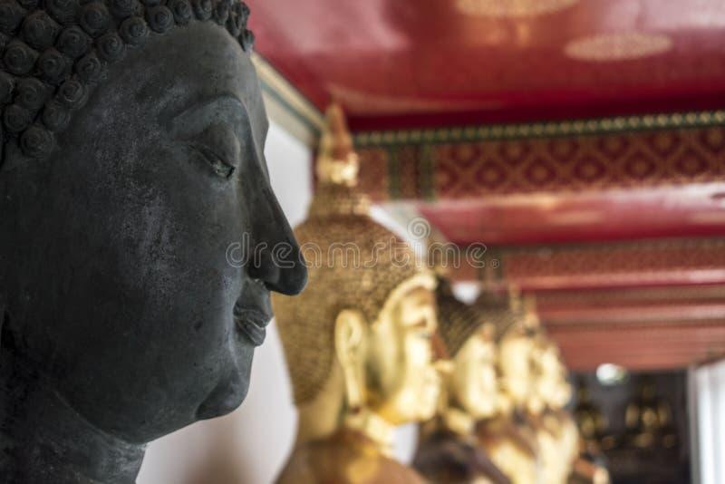 Estatuas budistas en el templo de Wat Pho en Bangkok fotos de archivo libres de regalías