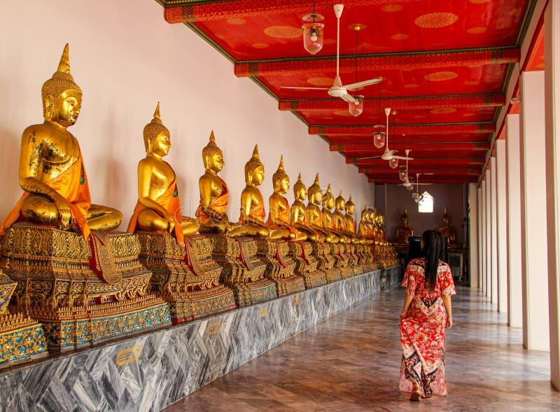 Estatuas budistas en templo budista en Bangkok fotos de archivo
