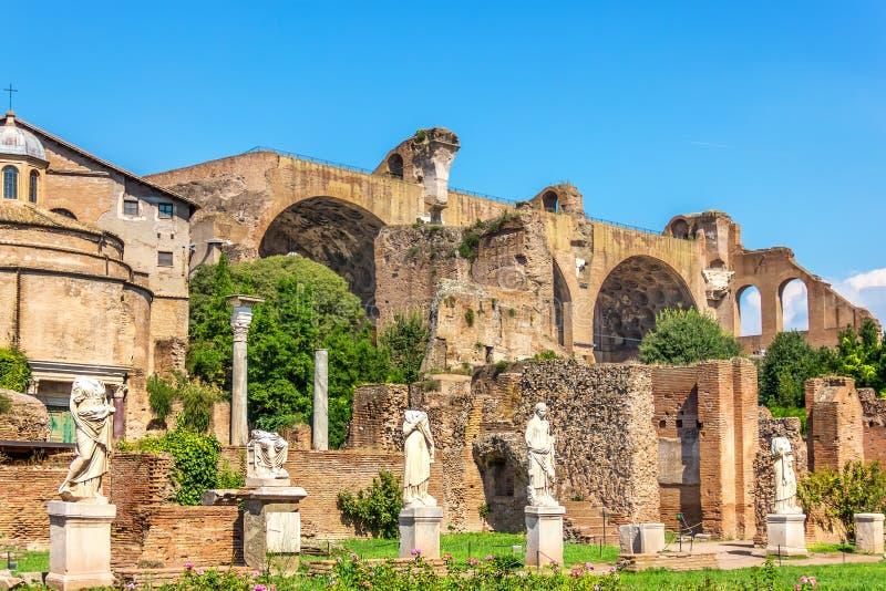 Estatuas cerca de la casa de los vestales, Roman Forum fotos de archivo libres de regalías