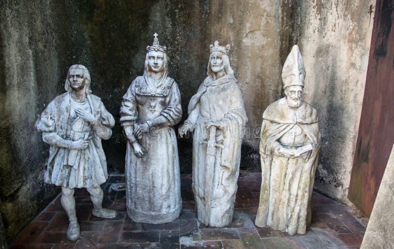 Estatuas cristianas en un patio trasero de Santo Domingo fotografía de archivo