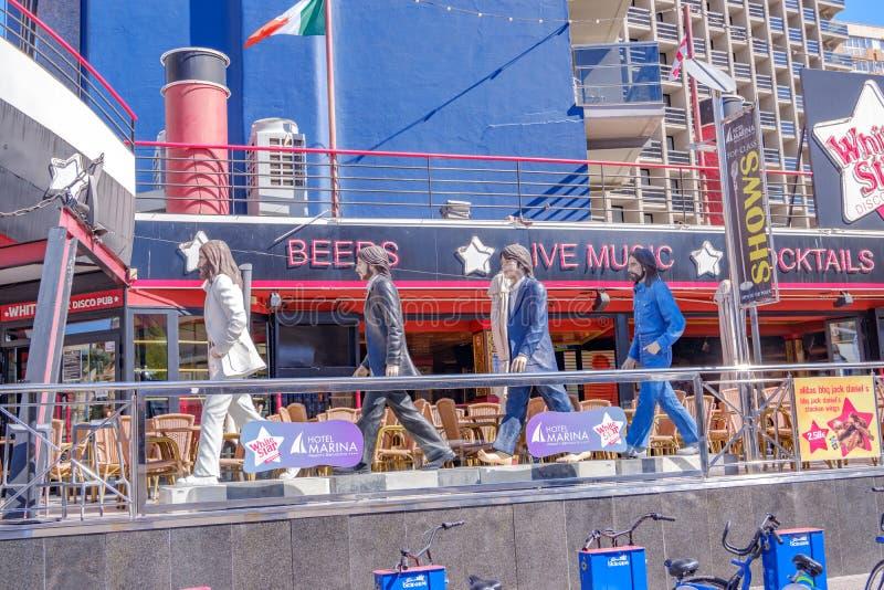 Estatuas de Beatles fuera del Pub blanco de la estrella en Benidorm blanca Espa?a de la costa imagen de archivo