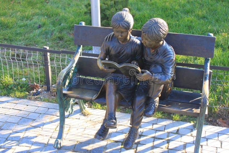 Estatuas de bronce de niños imagen de archivo
