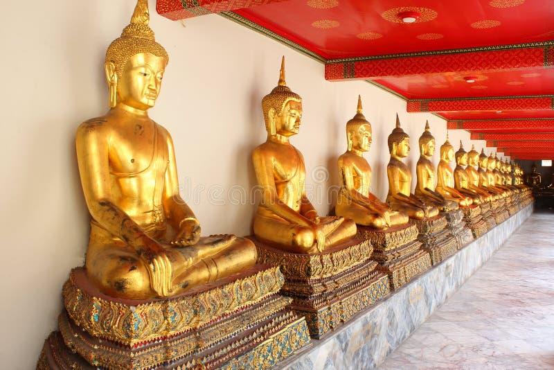 Estatuas de Buda de la meditación en el pho del wat del templo budista, Bangkok, foto de archivo