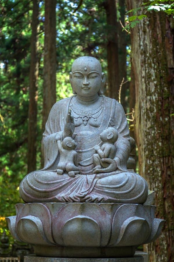 Estatuas de Buda del japonés (Bodhisattva de Jizo) en Koyasan (Mt Koya) imagenes de archivo