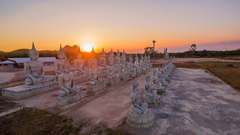 Estatuas de Buda en crepúsculo imagen de archivo