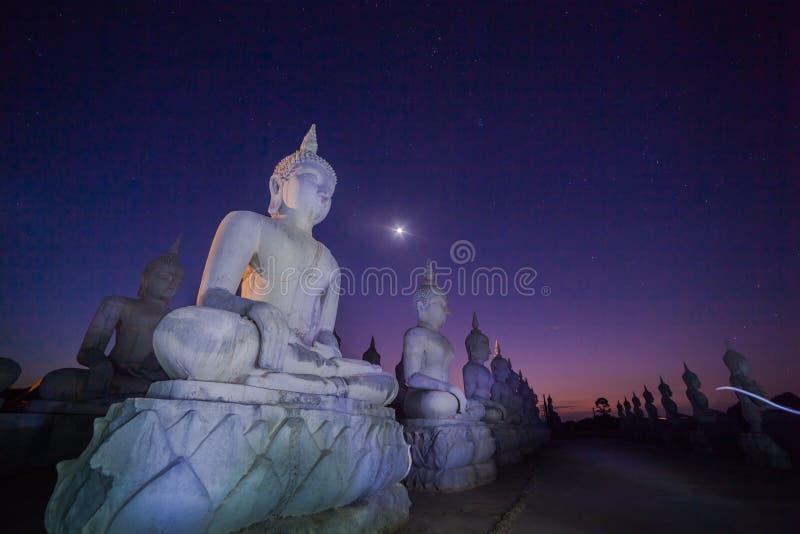 Estatuas de Buda en crepúsculo imagenes de archivo