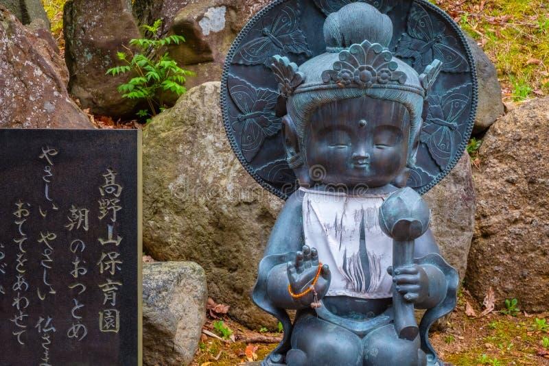 Estatuas de Buda en el templo budista de Seiryu-ji en Aomori, Japón fotos de archivo