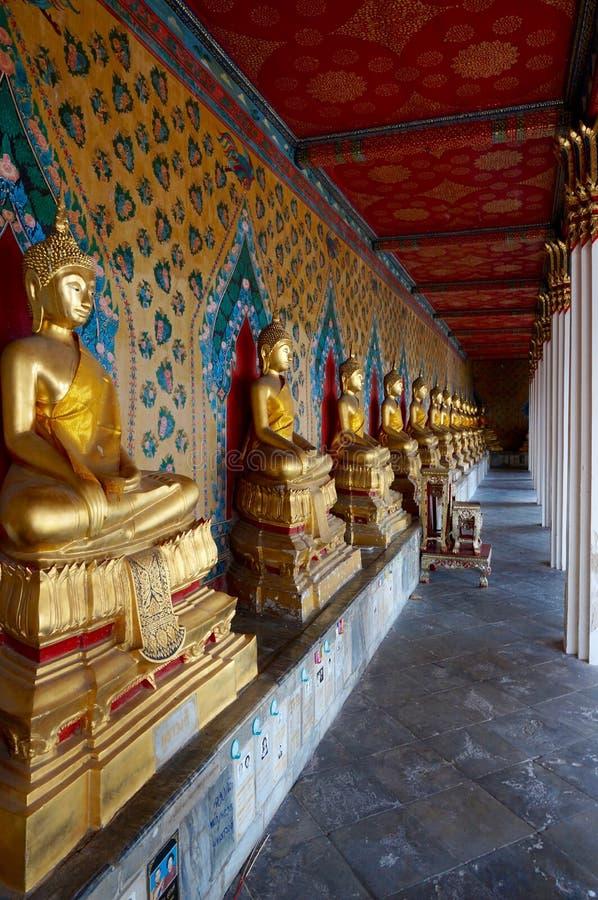 Estatuas de Buda en línea en el templo de Wat Arun en Bangkok fotos de archivo libres de regalías