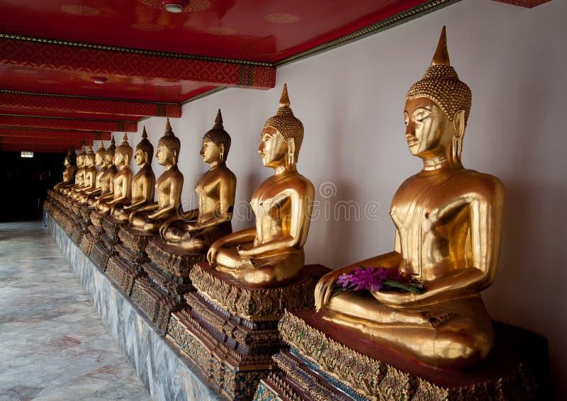 Estatuas de Buda en templo fotos de archivo