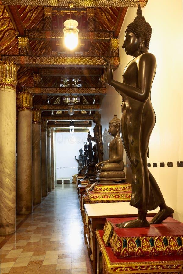 Estatuas de Buda en Wat Benchamabopitr imagen de archivo
