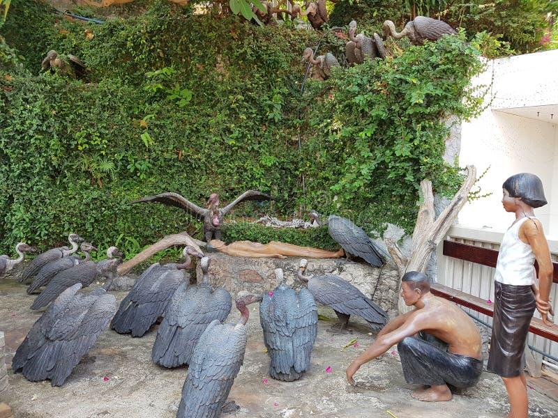 Estatuas de buitres con la gente en Wat Saket en el soporte de oro imagen de archivo