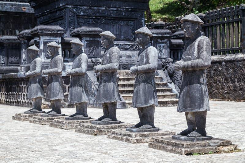 Estatuas de guerreros en Khai Dinh Tomb imperial en tonalidad, Vietnam imagen de archivo libre de regalías