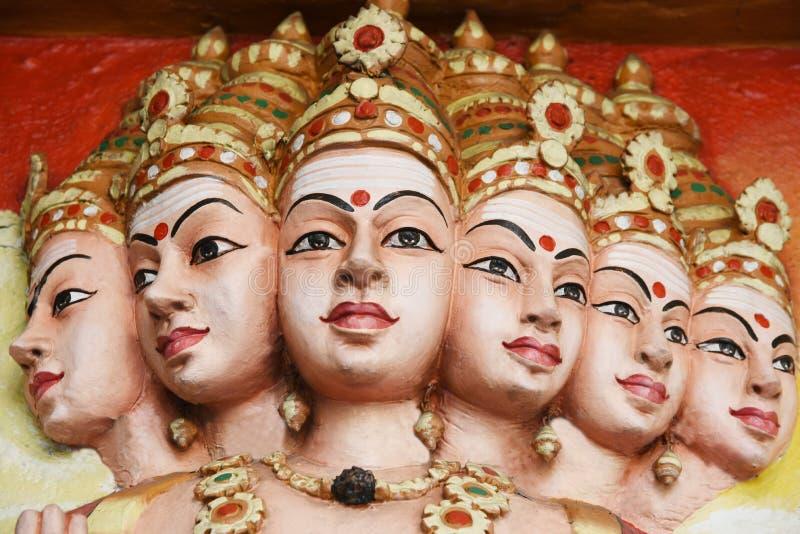 Estatuas de Hanuman en templo hindú imagen de archivo