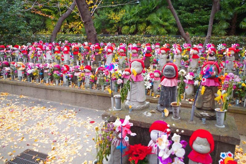 Estatuas de Jizo en el cementerio en el templo de Zojoji fotografía de archivo