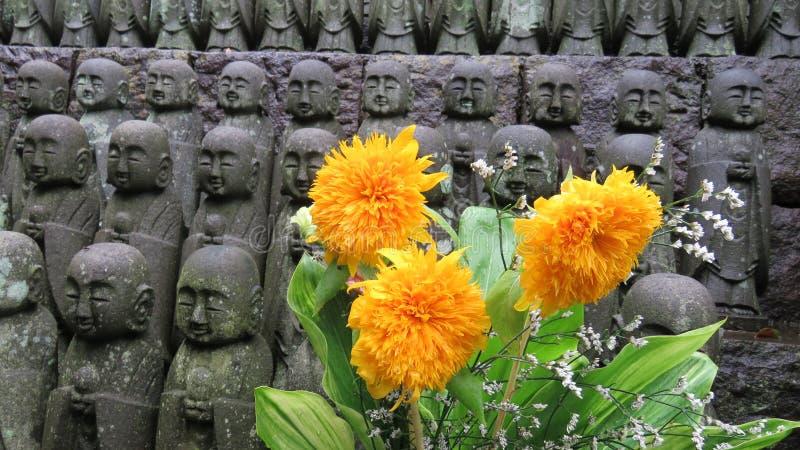 Estatuas de Jizo en el templo de Hasedera en Kamakura imagenes de archivo