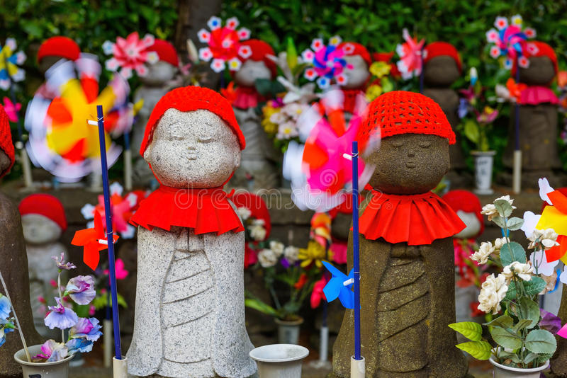 Estatuas de Jizo en el templo de Zojoji, Tokio fotos de archivo