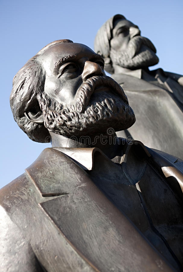 Estatuas de Karl Marx y de Friedrich Engels imágenes de archivo libres de regalías