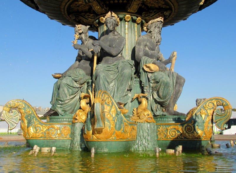 Estatuas de la fuente en la plaza de la Concordia parís francia imagen de archivo