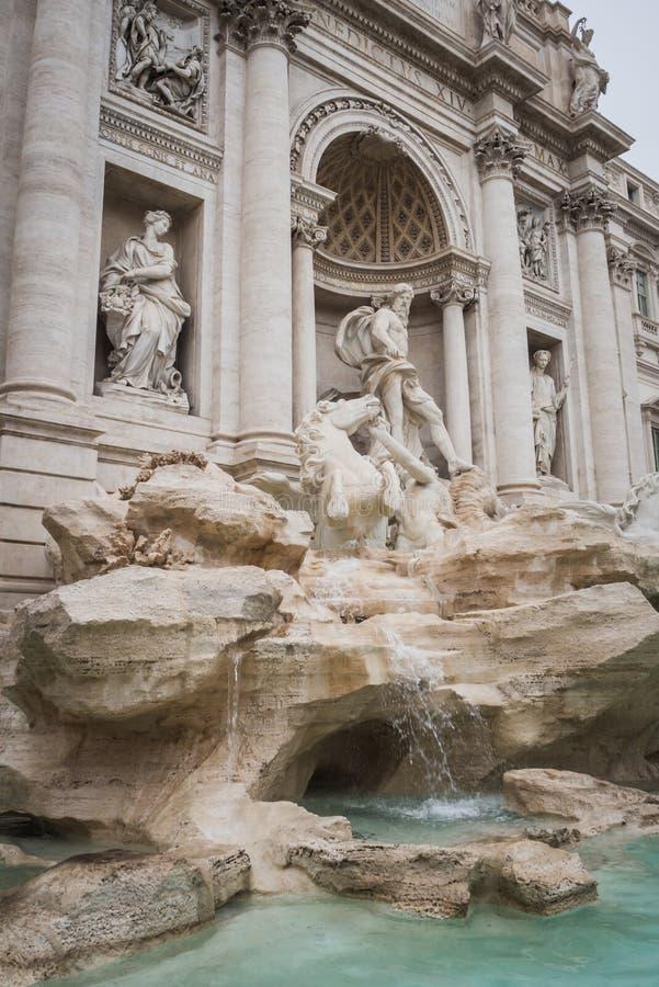 Estatuas de la fuente majestuosa del Trevi en Roma con Neptuno en el centro fotos de archivo