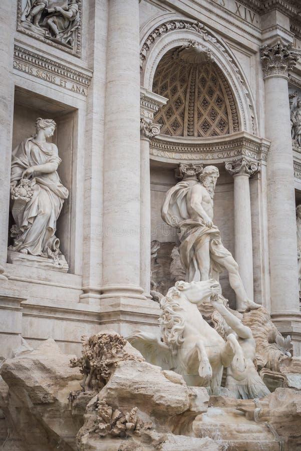 Estatuas de la fuente majestuosa del Trevi en Roma foto de archivo