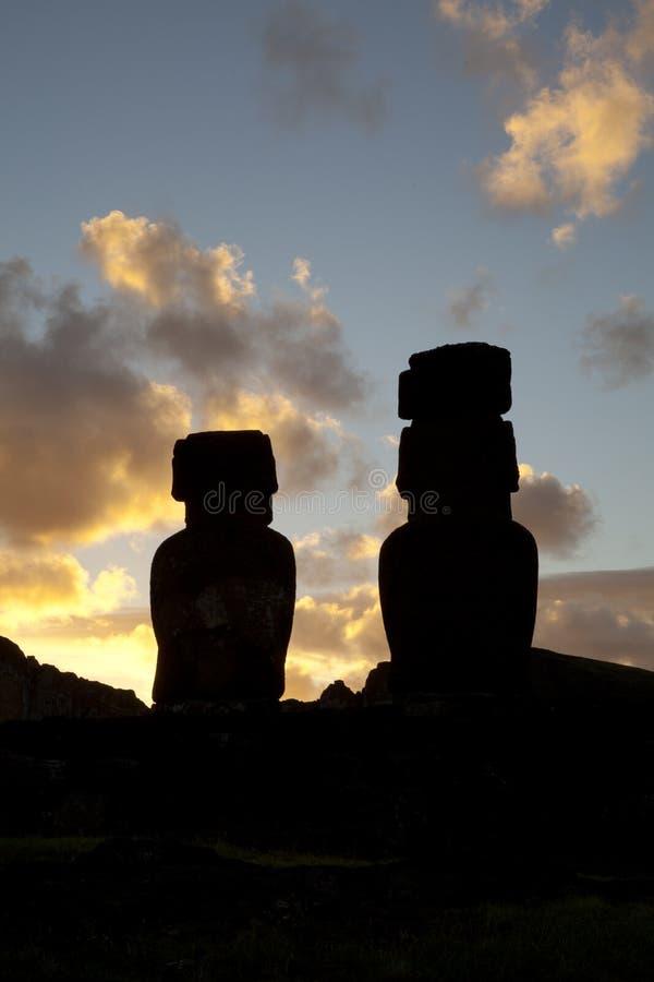 Estatuas de la isla de pascua en puesta del sol imagen de archivo libre de regalías