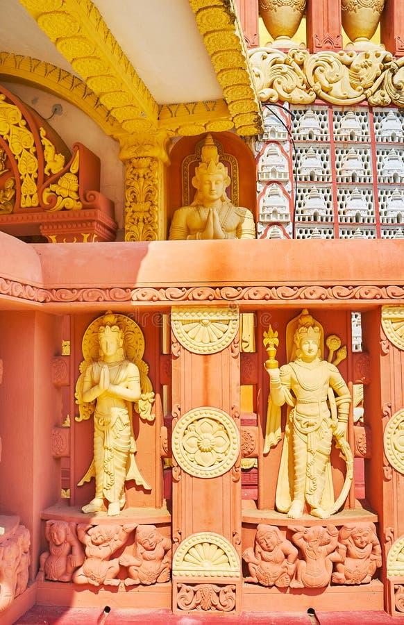estatuas de las Alcohol-deidades de Nats en la pared de la pagoda budista internacional de la academia de Sitagu, Sagaing, Myanma foto de archivo