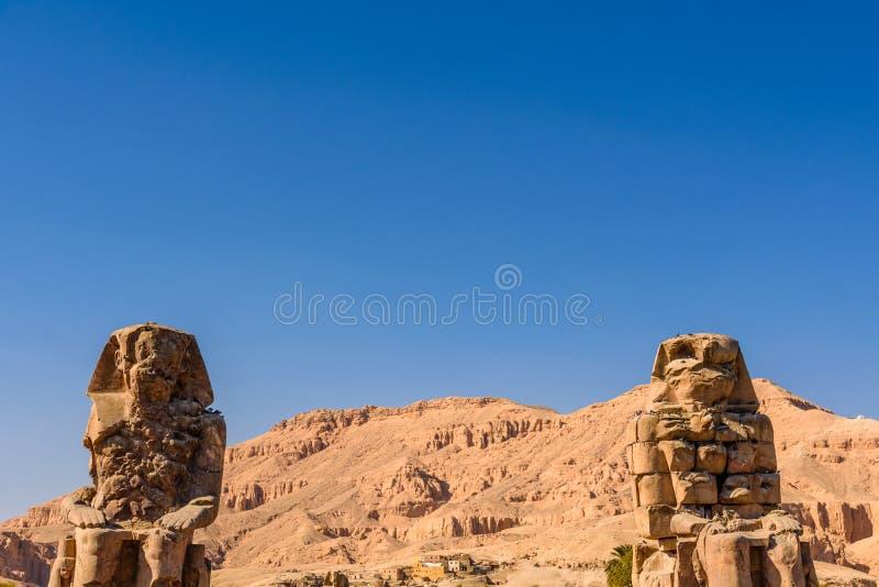 Estatuas de los colosos de Memnon del fara?n Amenhotep III en Luxor, Egipto imagenes de archivo