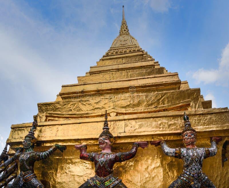 Estatuas de los demonios en Royal Palace de oro en Bangkok, Tailandia fotos de archivo libres de regalías