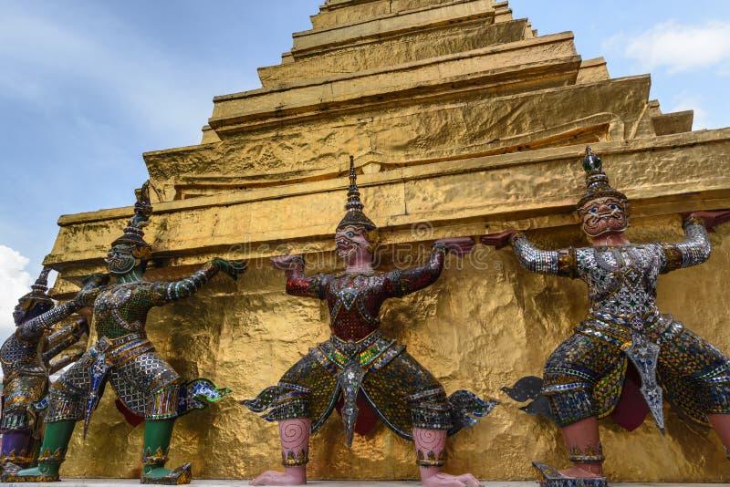 Estatuas de los demonios en Royal Palace de oro en Bangkok, Tailandia fotos de archivo