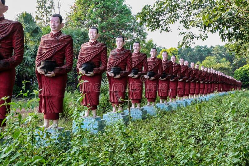 Estatuas de los monjes budistas en la cueva de Thaung de ka de Kaw, Hpa-an, Myanmar fotografía de archivo libre de regalías