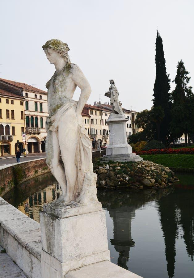 Estatuas de mármol blancas románticas, construyendo en Castelfranco Véneto, en Italia fotografía de archivo libre de regalías