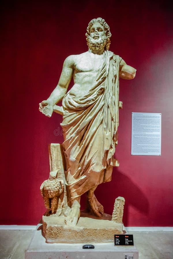 Estatuas de mármol de dioses y de emperadores de la antigüedad en el museo de antigüedades de Antalya, Turquía fotos de archivo
