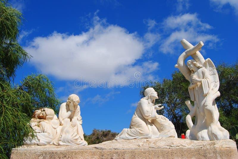 Estatuas de mármol que marcan las estaciones de la cruz en Malta foto de archivo