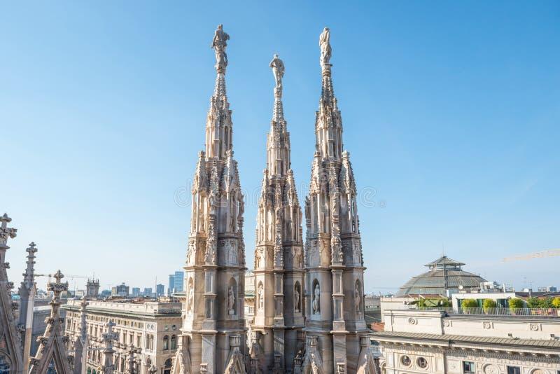 Estatuas de m?rmol - arquitectura encima del Duomo del tejado imagen de archivo
