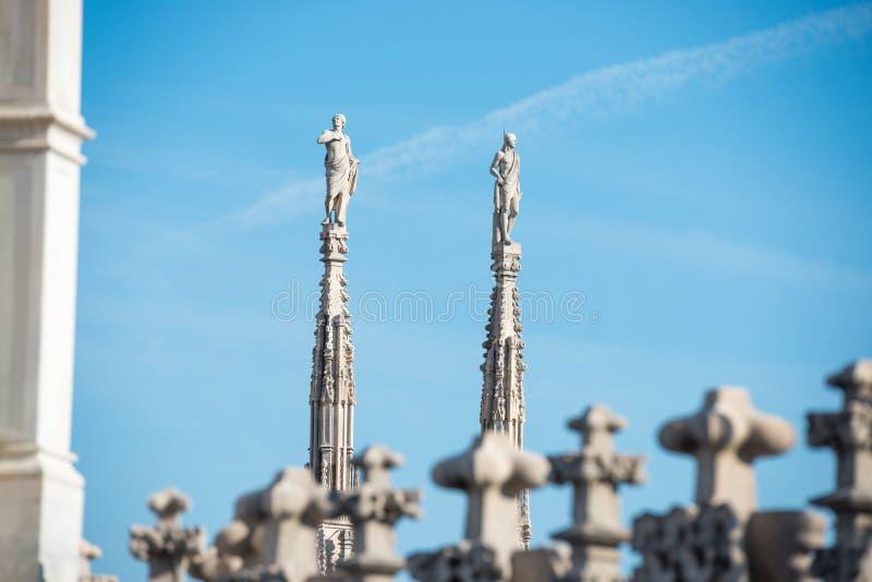 Estatuas de m?rmol - arquitectura encima del Duomo del tejado imagen de archivo libre de regalías