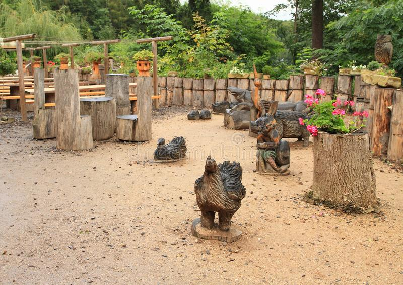 Estatuas de madera en el restaurante del castillo Kost fotografía de archivo