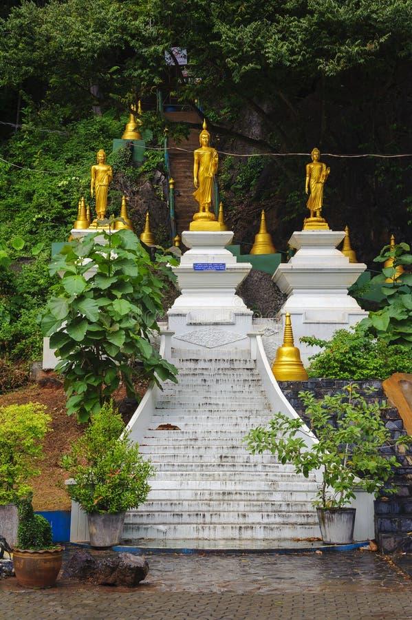 Estatuas de oro de Buda en un templo imágenes de archivo libres de regalías