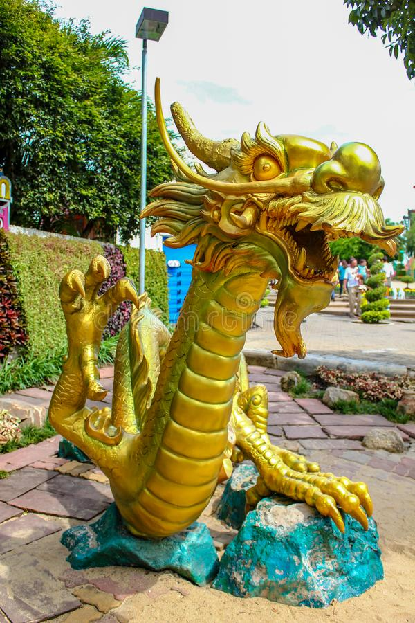Estatuas de oro del dragón que son hermosas y que sorprenden imágenes de archivo libres de regalías