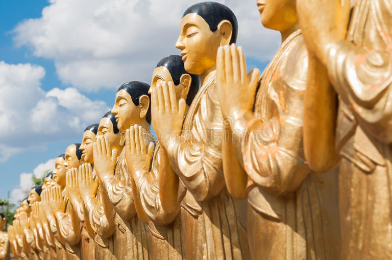 Estatuas de oro del monje budista en Sri Lanka imagenes de archivo