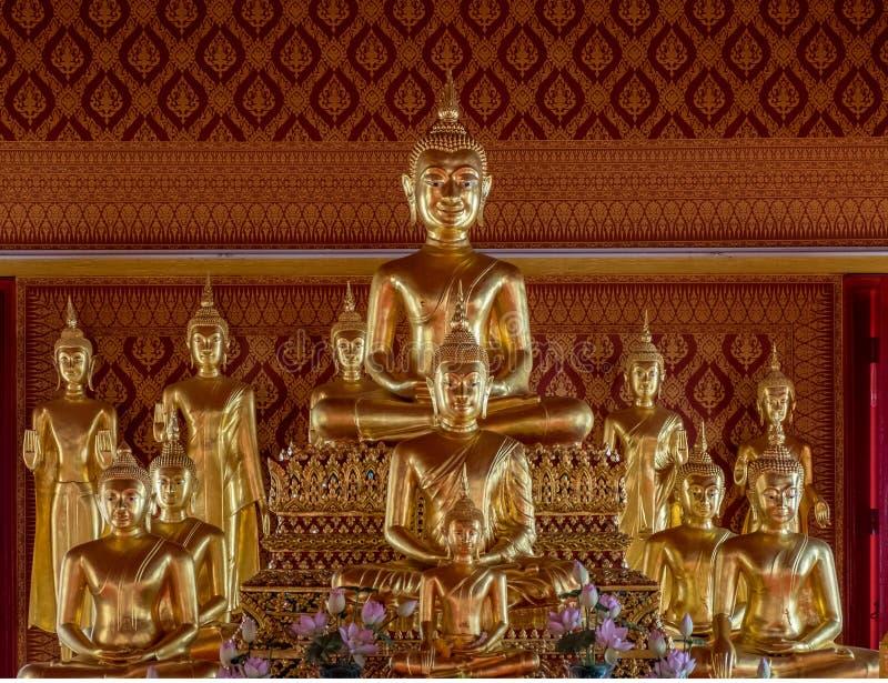 Estatuas de oro en el templo budista en Bangkok fotos de archivo libres de regalías