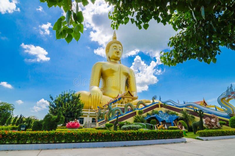 Estatuas de oro grandes de Buddha fotografía de archivo