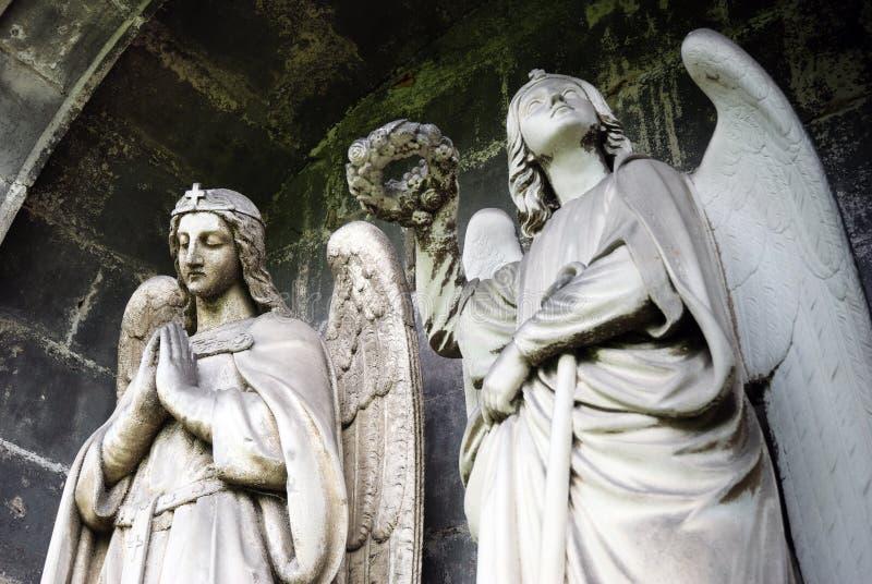 Estatuas de piedra de los ángeles fotos de archivo