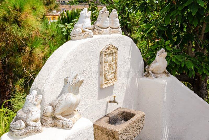 Estatuas de piedra de la rana en una fuente en un jardín ajardinado Tenerife, islas Canarias, España imagen de archivo