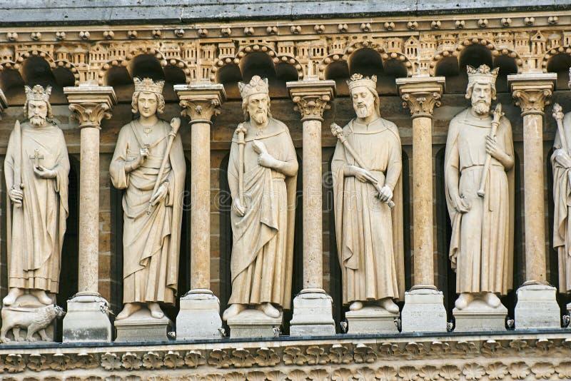 Estatuas de piedra de reyes en la fachada de la catedral de Notre-Dame en París imagen de archivo