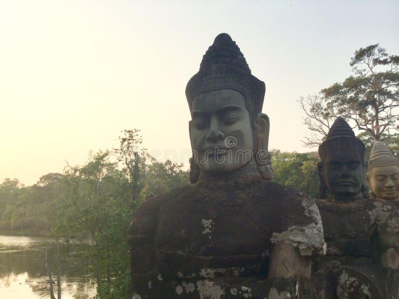 Estatuas de piedra serenas de la cara Antiguo Buda camboya imagenes de archivo