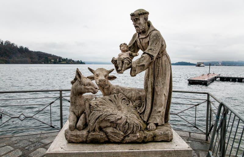Estatuas de St Francis con el niño de Jesús en el lago Maggiore en Laveno Mombello, Italia imagen de archivo libre de regalías