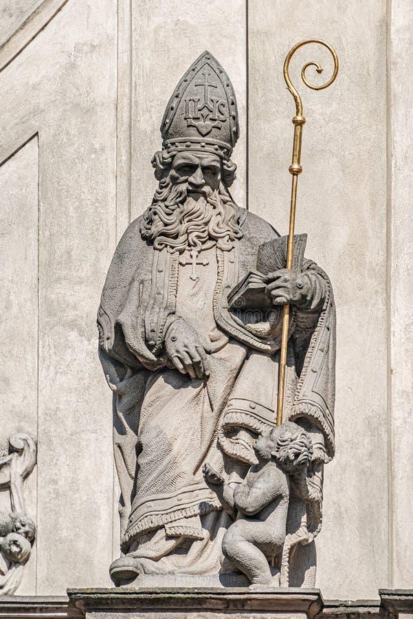 Estatuas decorativas de la fachada de sacerdotes y de obispos en la iglesia de Salvator del santo cerca de Charles Bridge en Prag imagenes de archivo
