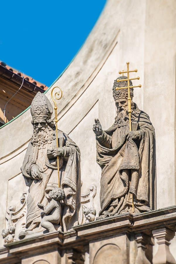 Estatuas decorativas de la fachada de sacerdotes y de obispos en la iglesia de Salvator del santo cerca de Charles Bridge en Prag fotos de archivo libres de regalías