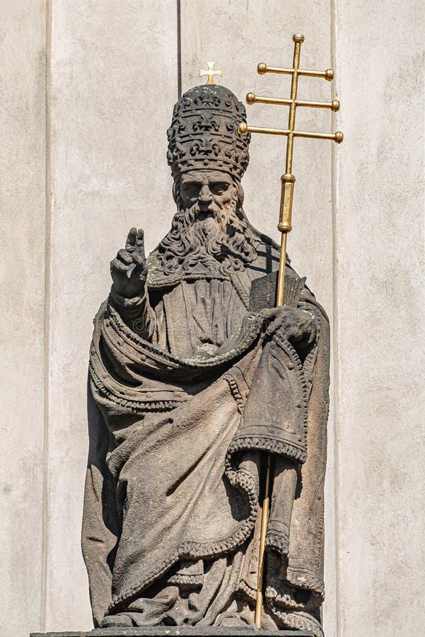 Estatuas decorativas de la fachada de sacerdotes y de obispos en la iglesia de Salvator del santo cerca de Charles Bridge en Prag fotos de archivo
